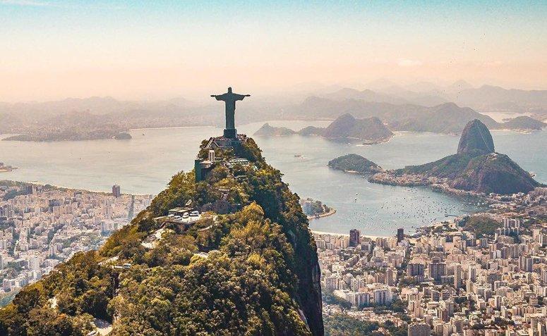 Cristo Redentor, com Rio de janeiro ao fundo.