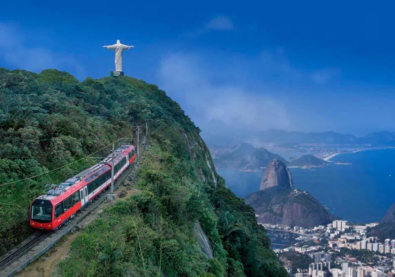 Trem do Corcovado subindo em direção ao Cristo.