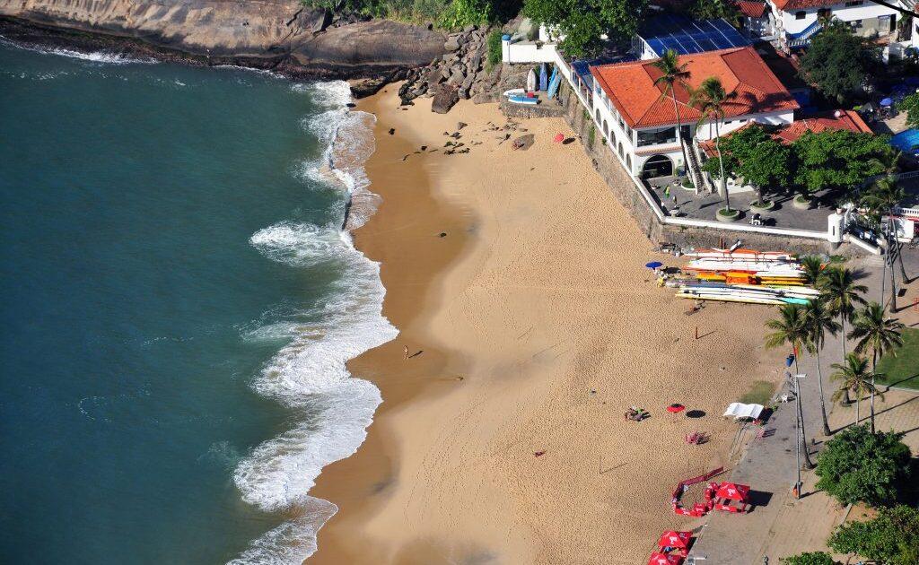 Areias de coloração avermelhada, que dão origem ao nome da praia